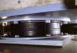 基礎部分に設置されたブリヂストンの免震ゴム